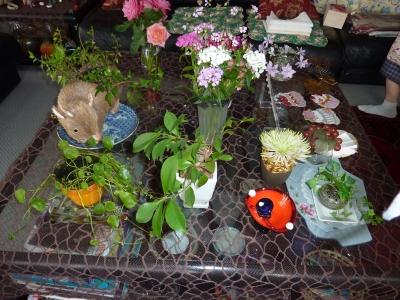 ガラステーブルと草花