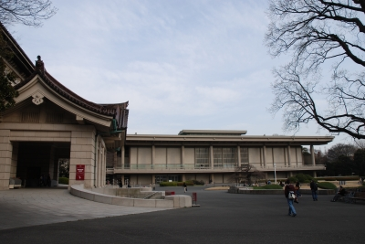 上野の国立博物館に向かい合う父...
