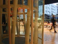 smtの柱ごしにカフェがちょいと見える