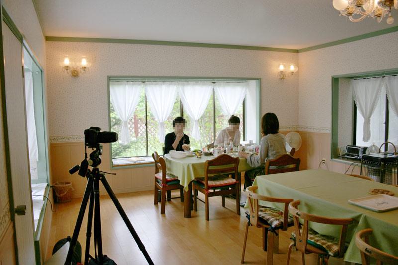 取材スタッフの方々、朝食風景