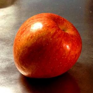 妙に安定感のある傾いたリンゴ(品種:サンふじ)