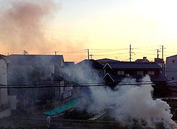 辺り一面を煙で覆う地主さんの雑草焼き