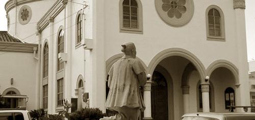 カトリック高槻教会と高山右近像