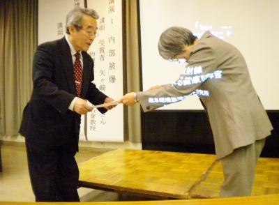 受賞する松井さん