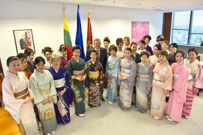 きもの姿の参加者全員と市長を囲んで記念写真