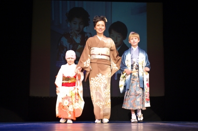 日本髪を結って上げたかったのに残念、ちさとママに手を曳かれて大きな舞台へ登場
