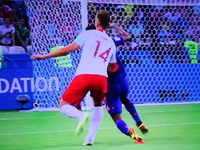 サッカーワールドカップ きわどいプレイ
