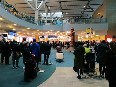 バンクーバー国際空港 到着ロビーは人がいっぱい