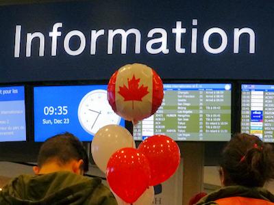 バンクーバー国際空港 到着ロビー カナダの風船