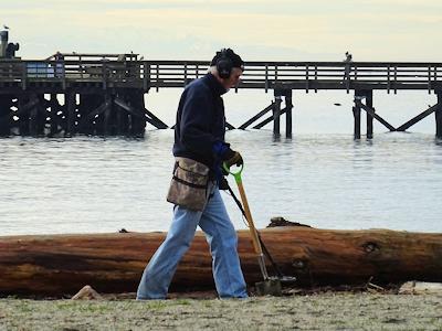 海岸で何かを探している人