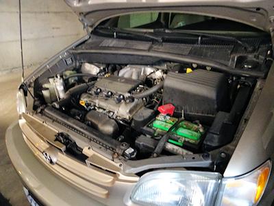 車のエンジンルーム