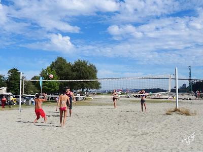 カナダの夏 海岸でバレーボール
