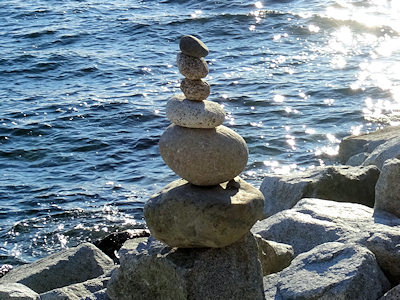 海岸に石の塔 01