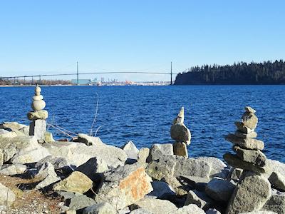 海岸に石の塔 02
