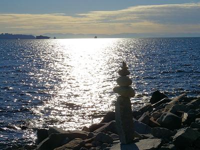 海岸に石の塔 03