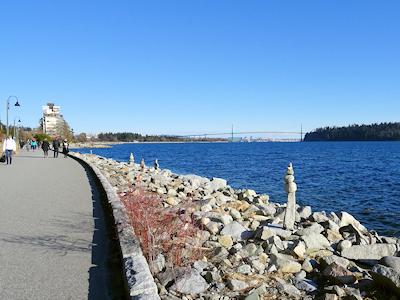 海岸に石の塔 04