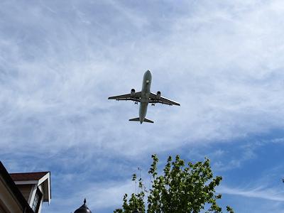 アウトレットの上空を飛ぶ飛行機