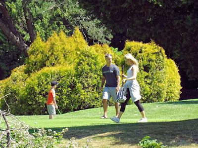 恋人とゴルフ