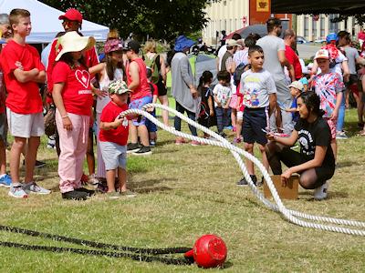 ロープ遊びする子供