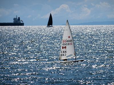 海の上をすべるヨット