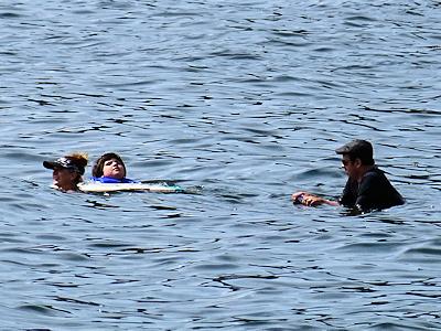 カナだの海で泳ぐ人