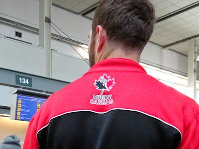 カナダ代表ラグビー選手のジャケットを着ている