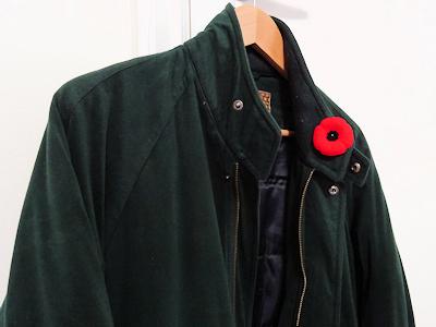 ポピーをジャケットの胸に付ける