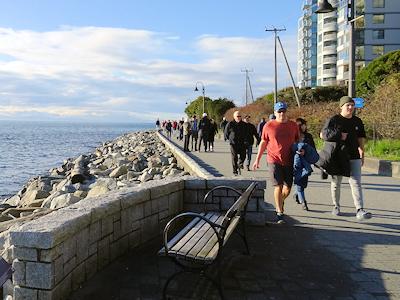 シーウォールを散歩する人々