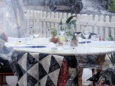 ドームの中にはワイングラスやコップが置いてある
