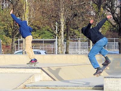 スケートボードを楽しむカナダの若者