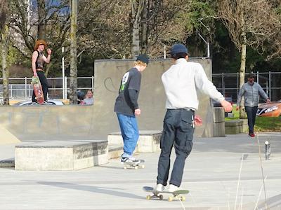 スケートボードで技を練習中