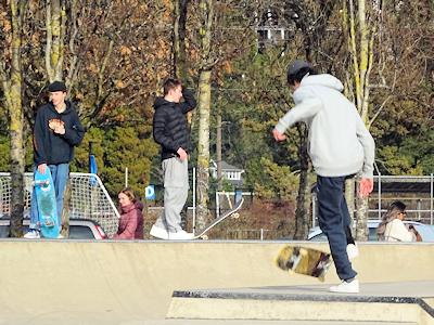 スケートパークで練習する若者