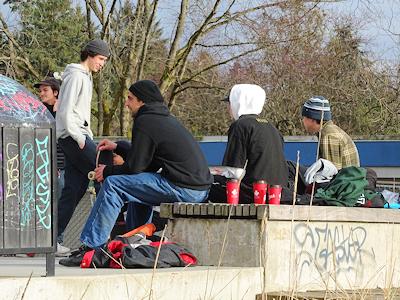 スケートパークに集まる若者