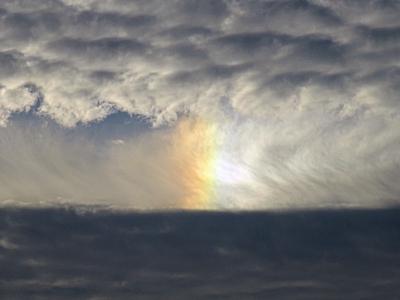 穴の中に虹が見える