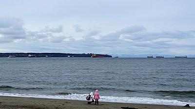 バンクーバーの沖に停泊する貨物船