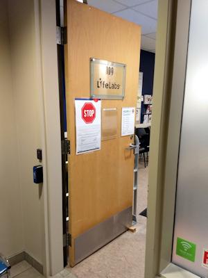 カナダの血液検査場のドア