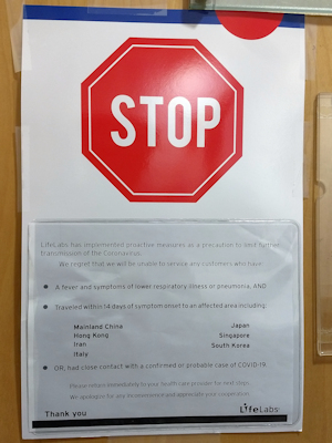 カナダの血液検査場のドアに張り紙