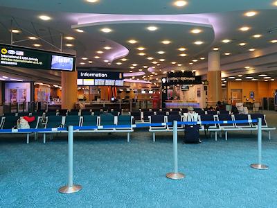 バンクーバー国際空港 ガラガラの到着ロビー
