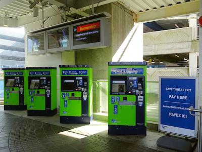 バンクーバー国際空港 駐車券の自動販売機