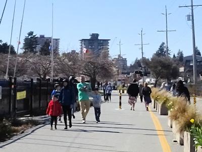 コロナウイルスの下 散歩する人たち