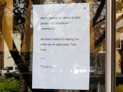 店にはコロナウイルスのため休業しますという張り紙が張ってある