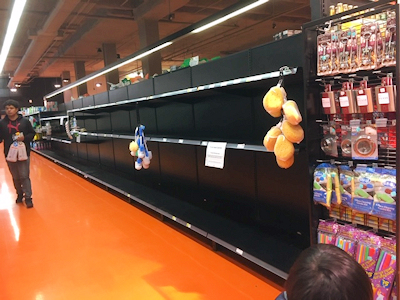 スーパーの棚は空っぽ