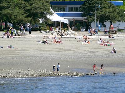 お天気の良い日にはビーチで