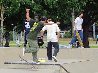 スケートボードをする若者