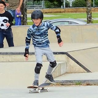 スケートボードをする子供