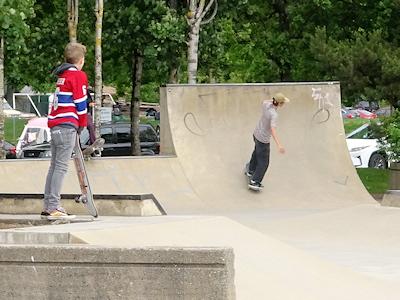 スケートボードを楽しむ若者