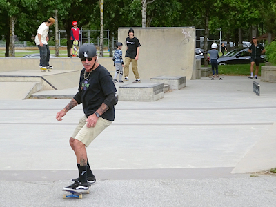 スケートボードをするおじさん