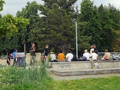 スケボーをする若者たち