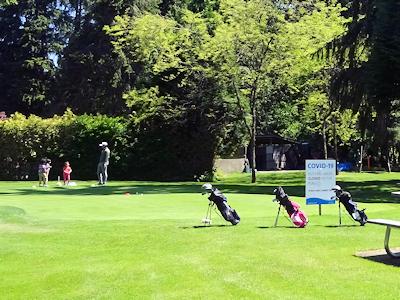 ゴルフレッスンを受ける子供たち
