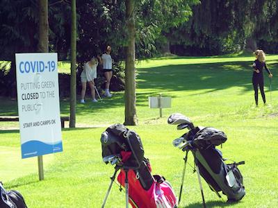 家族でゴルフを楽しむ人たち